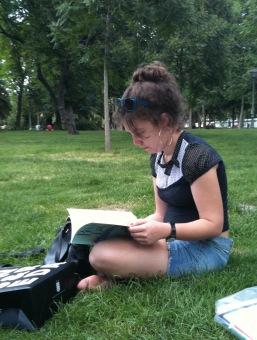 Mercedes leyendo en el parque