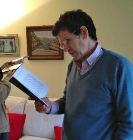 Tomi leyendo